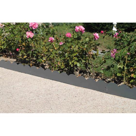 une allée bordée par des bordures de jardin en acier